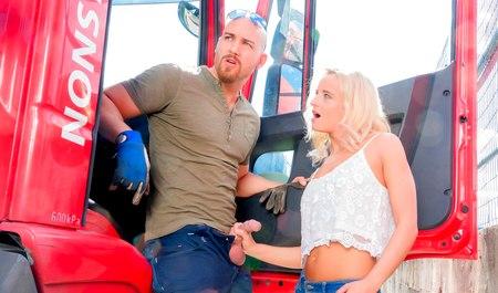 Сочная блондинка трахается с водилой эвакуатора на улице для экономии