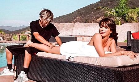 Грудастая бабенка на курорте находит молодого любовника для секса