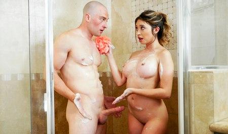Порно в ванной брюнетка 19 20 лет