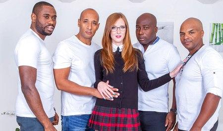 Рыжая деваха впервые пробует себя в роли страхового агента и любовницы чернокожих мужчин в групповухе