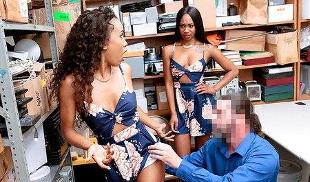Начальник охраны за воровство надавал двум молодым мулаткам за щеку и трахнул на столе