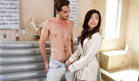 Молодая азиатка делает парню минет и нуру-массаж с межрасовым сексом