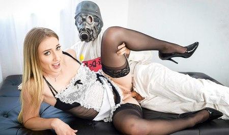 Хозяин дома под маской робота отодрал молодую домработницу стоячим концом