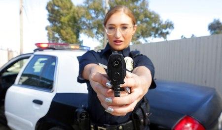 Девушка-полицейский сосет член задержанному и порется с ним раком у машины