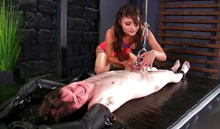 Жена доминирует над связанным мужем в жестких любовных играх БДСМ