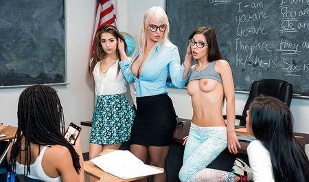 Шикарная бабенка устраивает студенткам урок лесбийского секса