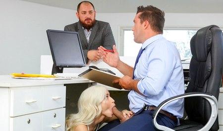 Миниатюрная блондинка по работе порется с офисным парнем в его кабинете