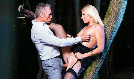 Индиа Саммер подсняла мужичка в кабаке и мило чпокнулась с ним в ночном парке