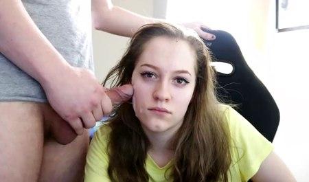 Подружка парня сексуально развлекается перед веб-камерой