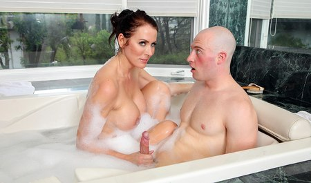 Моется в ванной делает минет