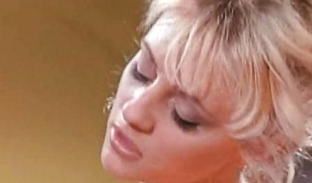 Жестко оттрахал молодую блондинку у себя на диване