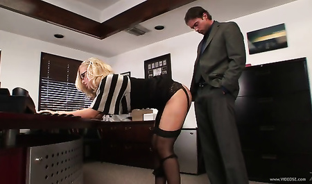 Николь Энистон провинилась и задрала своё платье перед ним