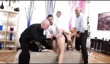 Группа парней таранит заднюю дырочку длинноволосой мадам