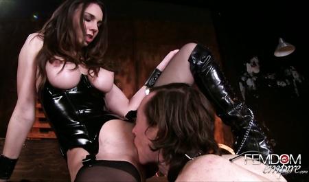 Прелестная дама трахает киской рот классного руководителя дочери