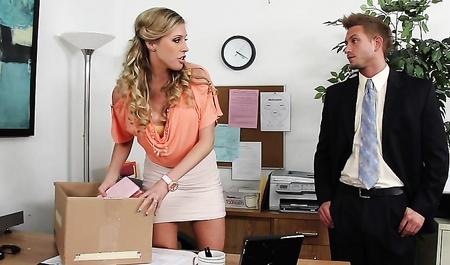 Сослуживец занимается сексом с новой сотрудницей прямо на рабочем месте