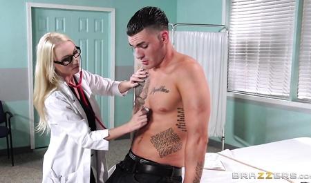 Молодая медсестра проводит обследование водителя