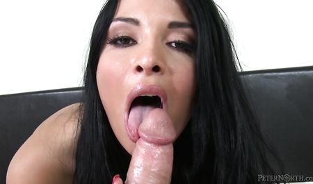 Anissa Kate находит достойное место члену любовника