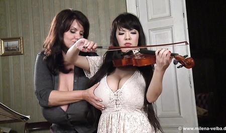 Hitomi Tanaka и ее ученица ласкают друг другу сиськи