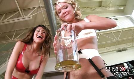 Две красавицы пописали в стакан