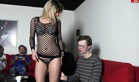 Парень теряет девственность на свинг-вечеринке