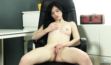Уборщица занимается мастурбацией вместо работы