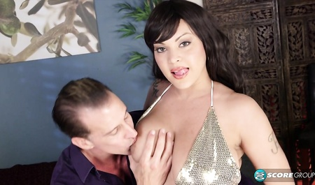 Девушка с большими сиськами соблазняет мужчину