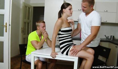 Грубый приятель трахнул чужую жену за карточный долг
