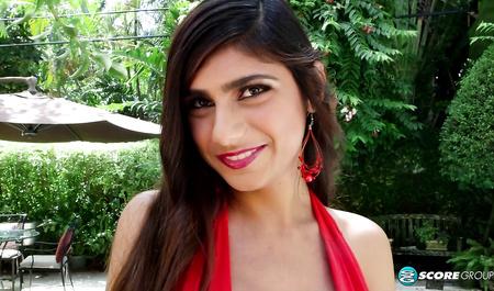 Арабская девушка с большими сиськами страстно сосет член европейского туриста у бассейна