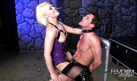 Зрелая блондинка жестко доминирует над новым любовником