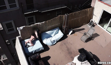 Коптер снимает секс красивой шлюхи на крыше здания