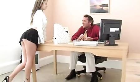 Стройная секретарша на офисном столе