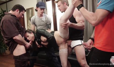 Крепкие парни трахают молодую шлюшку в белых чулках в групповом сексе