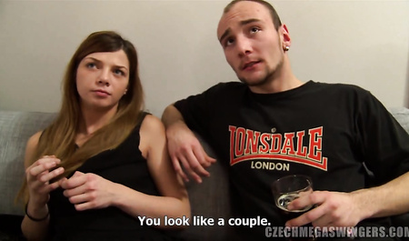 Молодая чешская пара трахается на вечеринке свингеров