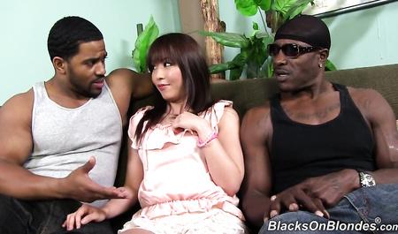 Молодая японка трахается с двумя черными парнями в групповом сексе