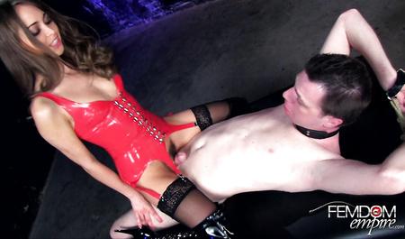 Красивая подруга мастурбирует мокрую пилотку дилдо и членом молодого мужчины