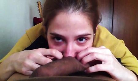 Девушка с испуганными глазами жестко сосет большой пенис мужчины и трахается с ним