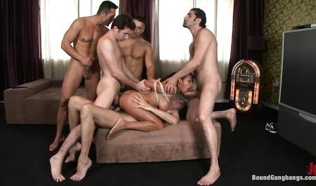 Крепкие парни жестко трахают брюнетку с большой грудью в групповом сексе у нее дома
