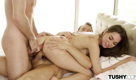 Молодые парни трахают в две дырки черноволосую горячую брюнетку