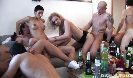 Пьяные свингеры устроили дикую оргию на свободной квартире