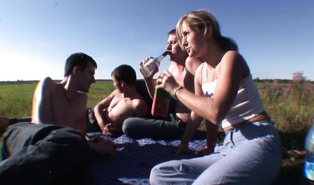 Пьяные русские парни хором трахают молодую подругу в поле во все дырки