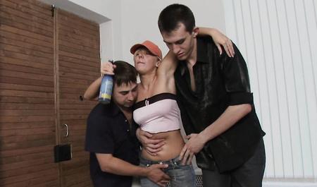 Пьяную блондинку жестко поимели молодые студенты в комнате отдыха общежития
