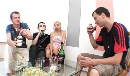 Красивую светлую леди трахают три здоровых пьяных парня