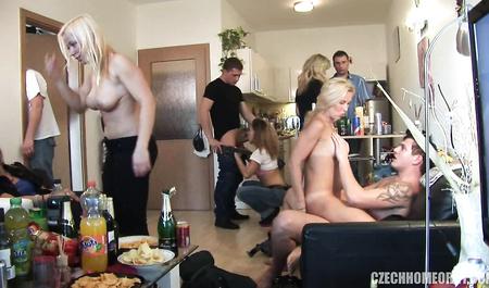 Красивые свингеры занимаются групповым сексом на частной квартире