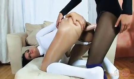 Женщина насадила ученицу на страпон