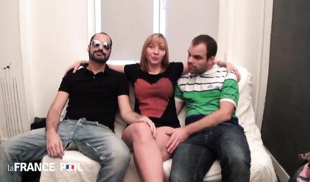 Французские парни уговорили красивую гостью на секс вдвоем