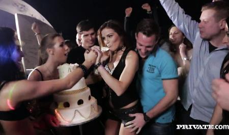Красивую студентку Саманту Джонс трахают в зад на молодежной вечеринке