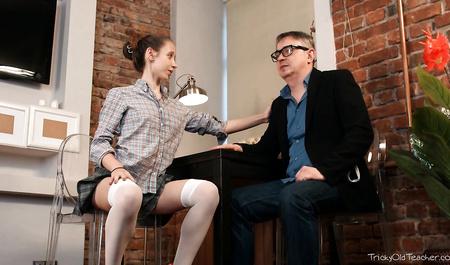 Репетитор насаживает на шикарный член русскую студентку