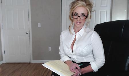 Пухлая секретарша раздевается перед веб-камерой на работе
