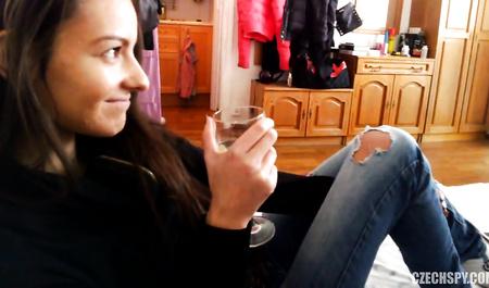 Пражанин снимает на скрытую камеру секс с молодой подружкой