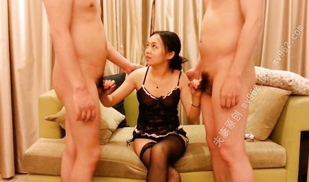 Китаянка сосет члены сразу двух мужиков